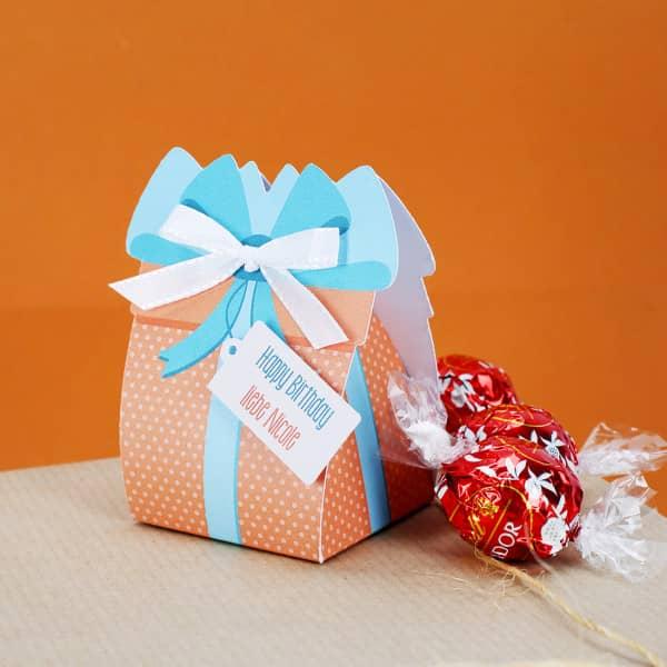Kleine Geschenkschachtel mit 3 Lindorkugeln personalisiert mit Text