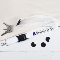 Weißes Schlüsselband mit Nummernschild und Namensaufdruck