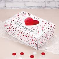 Geschenkverpackung mit Herzen und Wunschtext