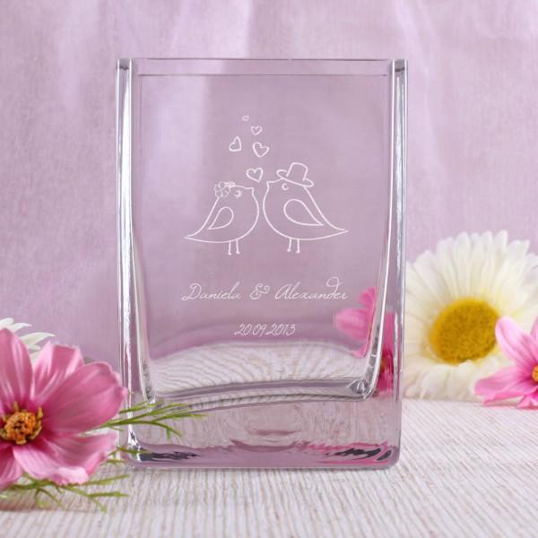 Glasvase mit graviertem Hochzeitsmotiv