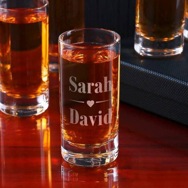 Schnapsglas zur Hochzeit mit Herz-Motiv und Namen