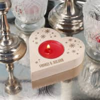 Holzherz Teelichthalter mit Schneeflocken und Wunschtext graviert