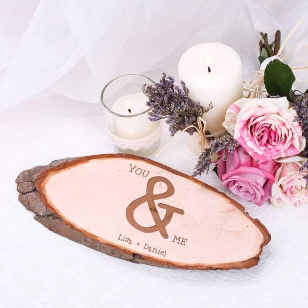 Gravierte Holzscheibe als Tischdekoration