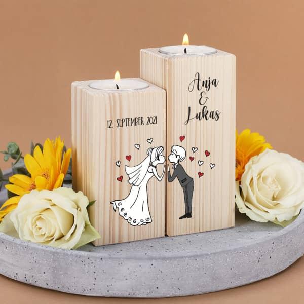 Teelichthalter aus Holz mit küssendem Brautpaar, Namen und Datum - 2er Set