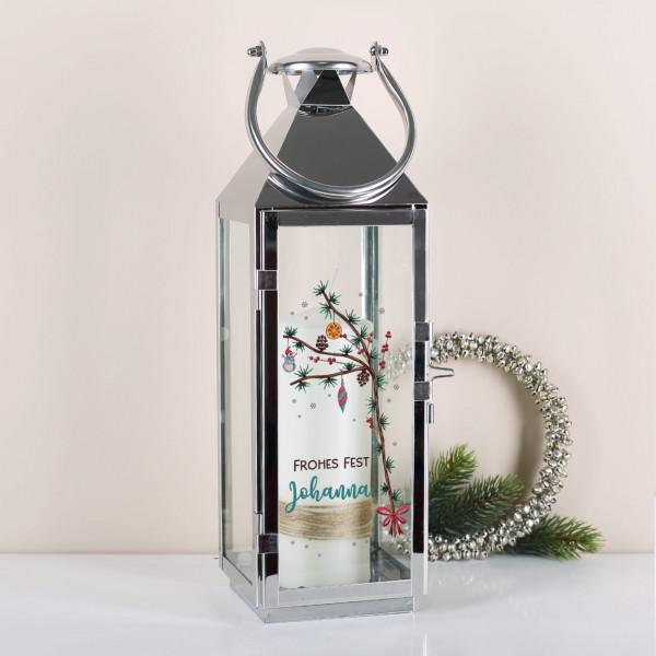 Glaslaterne mit weihnachtlichen Zweigen und Wunschtext