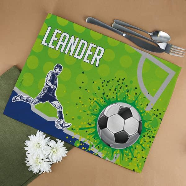 Fussball und Fussballspieler mit Wunschname auf Platzdeckchen aufgedruckt
