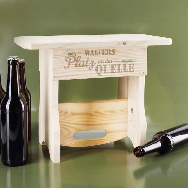 Platz an der Quelle - 2 in 1 Flascheträger und Holzhocker mit Name
