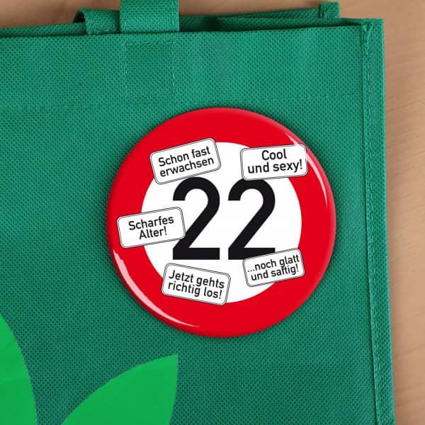 Verkehrszeichen-Button zum 22.