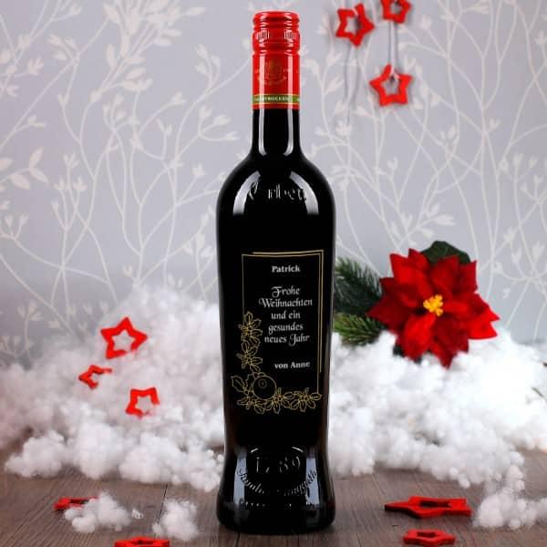 Gravierte Weinflasche mit festlichen Motiv zu Weihnachten