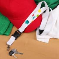 Weißes Schlüsselband mit buntem Motiv und Name