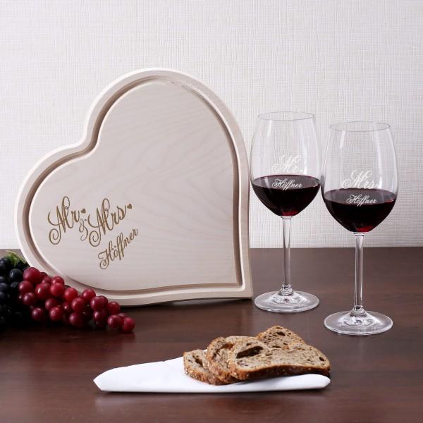 Holzbrettchen und zwei Weingläser mit Mr und Mrs Motiv