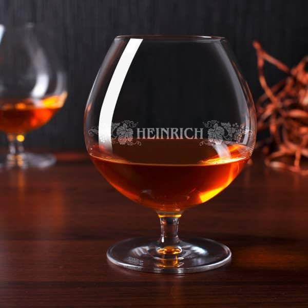 Graviertes Weinbrandglas mit Wunschnamen und Motiv der Weinrebe