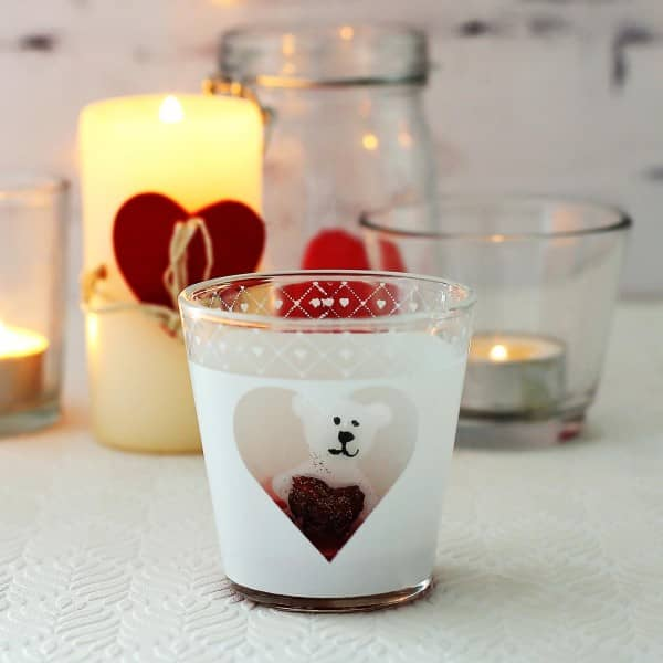 weißes Teelicht mit Bärchenkerze