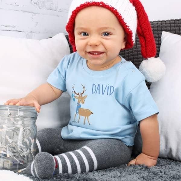 Niedliches Babyshirt in blau mit Wunschname und Rentier