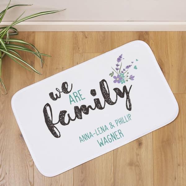 We are family - Badematte mit 2 Zeilen Wunschtext