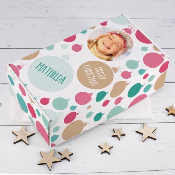 Geschenkbox mit buntem Christbaumkugel-Motiv, Foto und Personalisierung