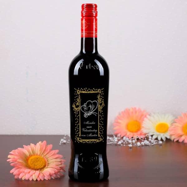 Weinflasche mit Gravur zum Valentinstag, romantisches Motiv