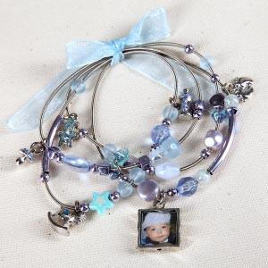 Blaues Armband mit Fotoanhänger zur Geburt