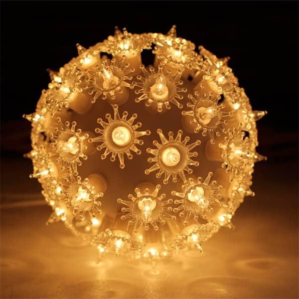 Weihnachtskugel mit Lichtern