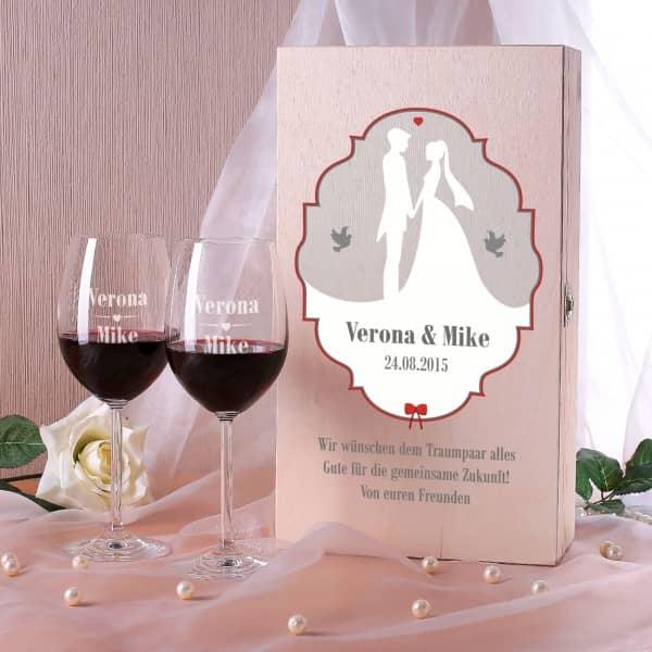 Holzbox mit Weingläsern zur Hochzeit