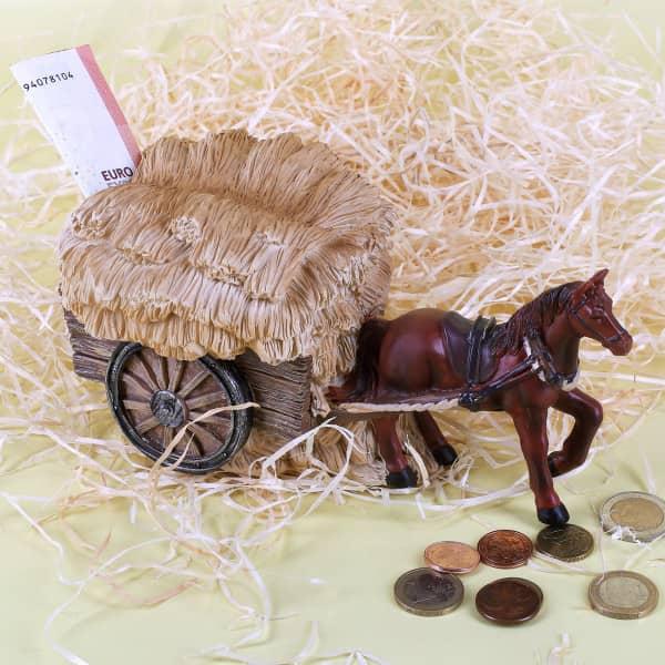 Kutsche mit Pferd und Heu als Spardose