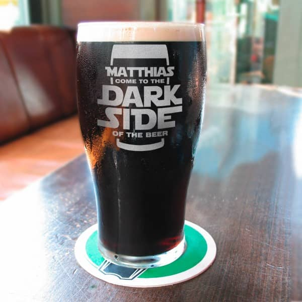 Pint Glas Stout Bier mit Wunschname und Spruch Come to the Dark Side of the Beer