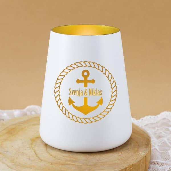 Maritimes Windlicht in Weiß mit Namen und Ankerdesign als Gravur