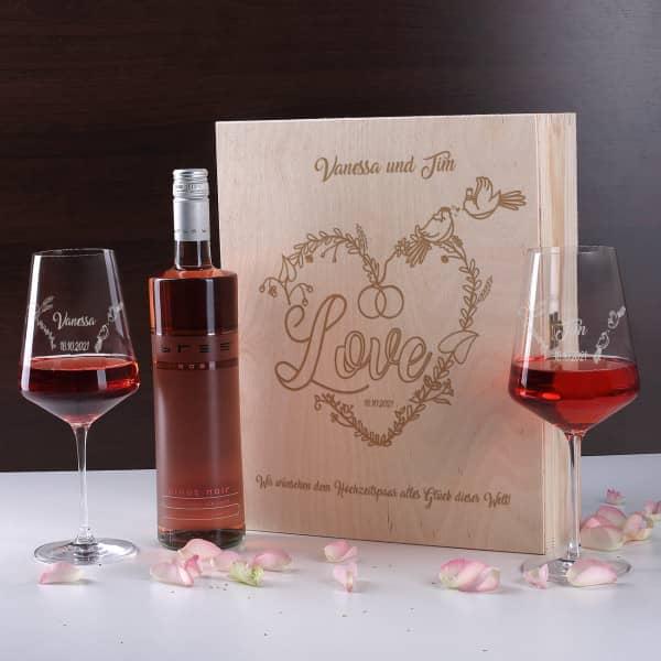 Wein-Geschenkset zur Hochzeit mit personalisierter Holzbox und gravierten Weingläsern