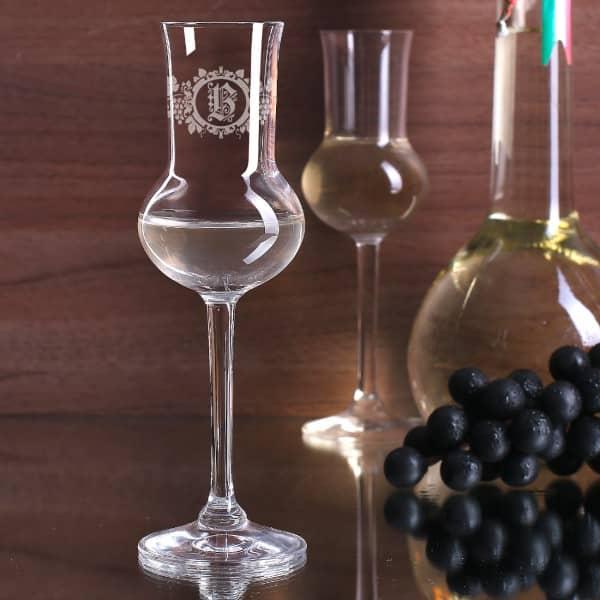 Ihr Initial wird zusammen mit Weintrauben und Weinblättern im rustikalen Stil auf das Grappaglas graviert.