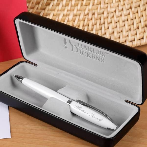 weißer Kugelschreiber mit Gravur inkl. Etui von Charles Dickens