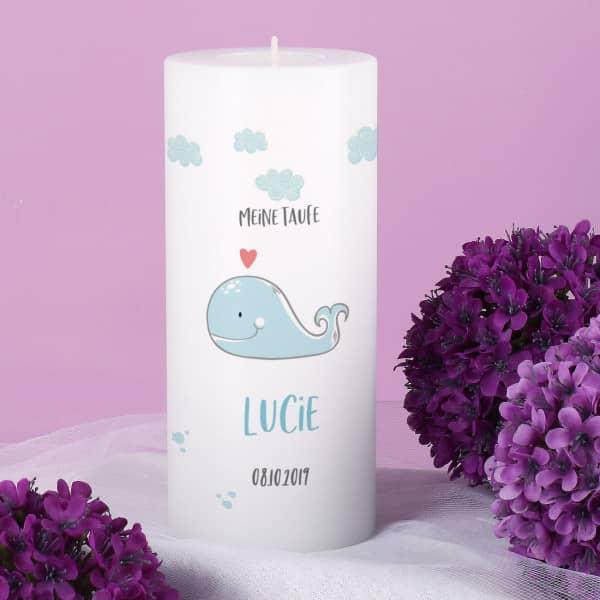 Nützlichdekoration - Taufkerze inkl. Teelicht mit Wal, Name, Datum und Wunschtext bedruckt - Onlineshop Geschenke online.de