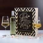 Geschenkset mit zwei gravierten Weingläsern und Wein in bedruckter Geschenkbox