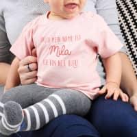 Babyshirt - Ich bin neu hier - in rosa mit Namensaufdruck