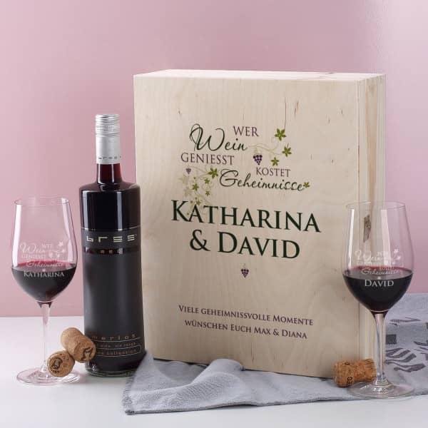Wein-Geschenkset mit Weinflasche und zwei Gläsern