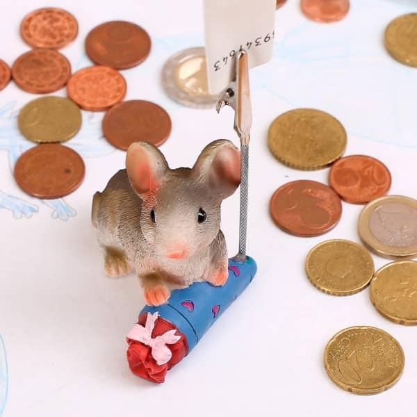 sitzende Maus mit blauer Schultüte und Geldclip