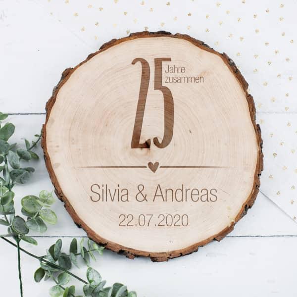 Gravierte Holzscheibe mit Rinde zur Silbernen Hochzeit