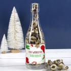 Leckere Pralinen in weihnachtlicher Flasche