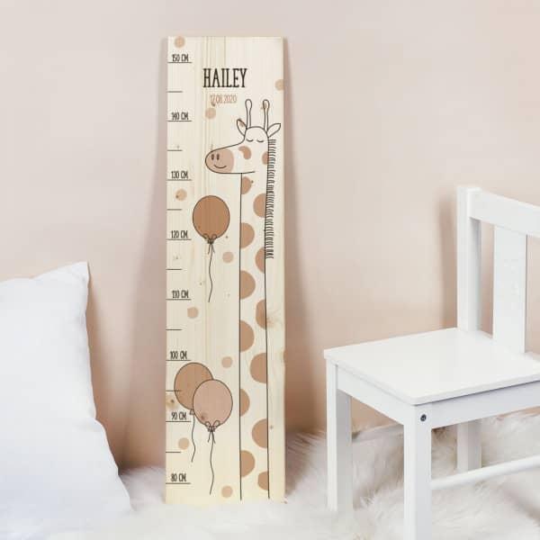Messlatte aus Holz mit süßem Giraffen Motiv