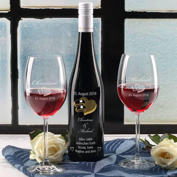 Weinset zur Hochzeit mit gravierter Flasche und zwei Gläsern