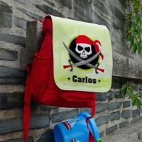 roter Kinderrucksack mit Piratenmotiv und Namen