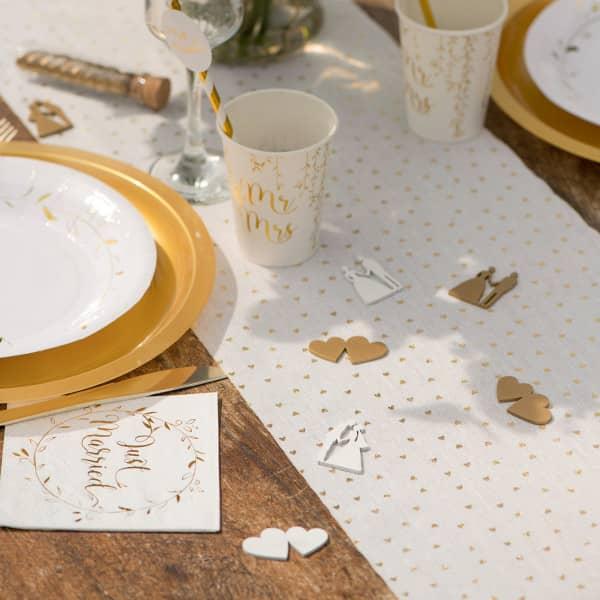 Weißer Tischläufer mit goldenen Herzen