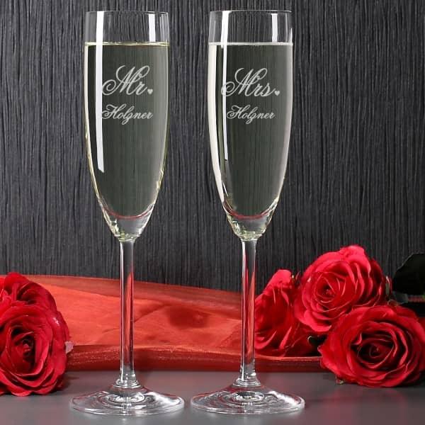Zwei gravierte Sektgläser zur Hochzeit im Mr. & Mrs. Design