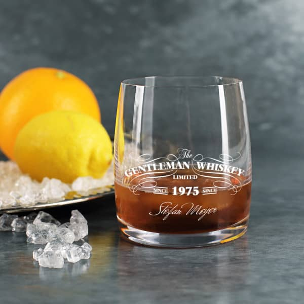Schwarz oder Weiß bedrucktes Gentleman Whiskey Glas mit Name und Jahr
