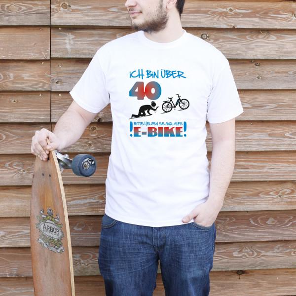 weißes T-Shirt mit buntem Aufdruck über E-Bike fahrende Radfahrer