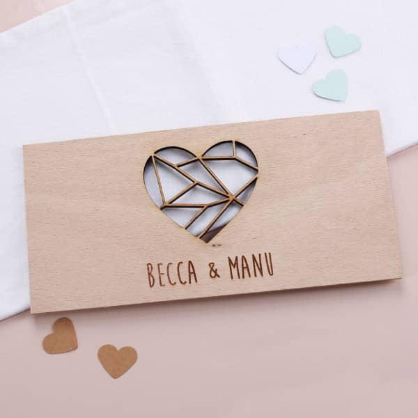 Holzkarte mit Herzaussparung und Gravur