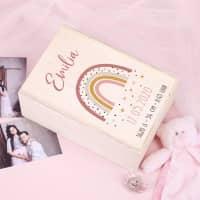 Erinnerungsbox zur Geburt mit Regenbogen für Mädchen