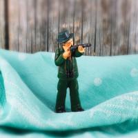 Kleine Jäger-Figur mit Gewehr