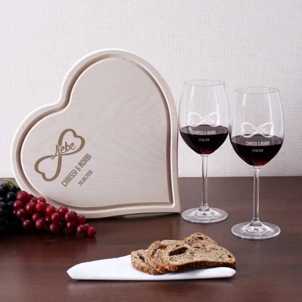 Unendliche Liebe Motiv graviert auf zwei Weingläsern und einem Holzbrettchen