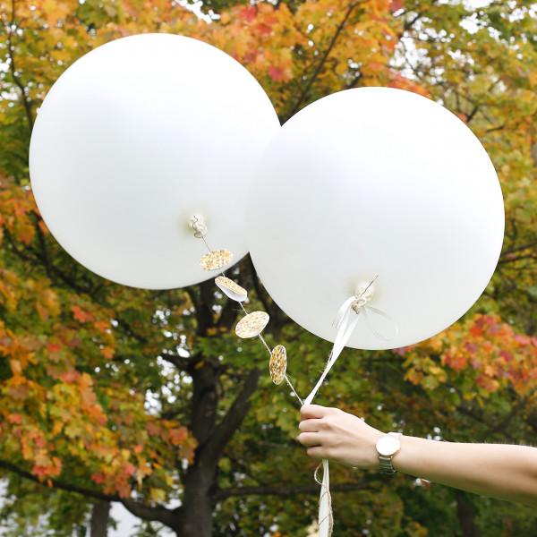 Zwei große Latexballons in Perlweiß