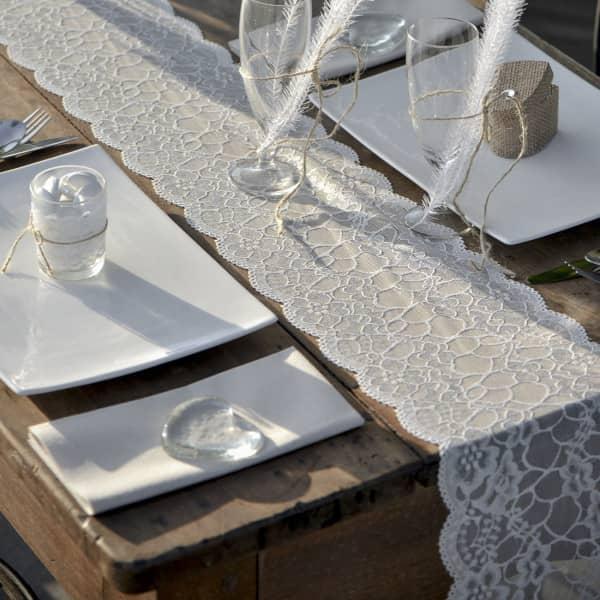 Weißer Deko Tischläufer in Spitzenoptik